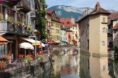 La vieille ville d'Annecy, Haute Savoie, France...i WILL be studying abroad here!