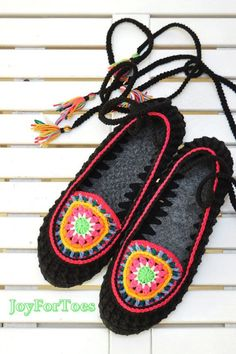 Mandala Boho Hippie Slippers Outdoor Flats Colorful Slip Ons Bohemian Gypsy Shoes Moccasins Shoes Woman Summer JoyForToes Made to order Gestrickte Booties, Knitted Booties, Baby Booties, Baby Shoes, Boho Hippie, Estilo Hippie, Crochet Slippers, Bare Foot Sandals, Crochet Accessories