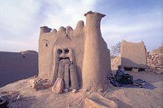 Les Dogons occupent la région montagneuse dite des falaises de Bandiagara,dans la partie sud-ouest de la bouche du Niger.    partie sud-ouest de la boucle du Niger
