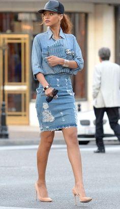 Tenue de Rihanna: Chemise en jean bleu clair, Jupe crayon en denim déchirée , Escarpins en cuir , Pochette en cuir bleu clair