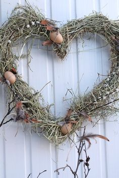 Excellent idea for our extra feathers from previous molts~VIBEKE DESIGN Happy Easter, Easter Bunny, Easter Eggs, Vibeke Design, Easter Story, Heart Wreath, Easter Celebration, Easter Party, Easter Wreaths
