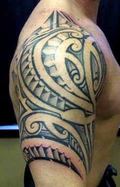 Une jolie exemple du style à Sef Samatua, ce tattoo sur le haut bras et l'épaule d'un jeune reponde à la typique facon de faire a notre partenaire de gros symboles maoris accompagnés des gros files aussi de motifs from Polynesia Patutiki et Marquises