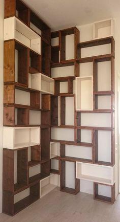 Boekenkast opgebouwd uit blokken