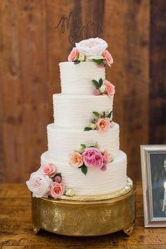 White Wedding Cake With Piping and Fresh Roses | HALEY RYNN RINGO PHOTOGRAPHY | TOAST ENTERTAINMENT | CLASSIC CAKES BY LORI | http://knot.ly/6497BIs1Z | http://knot.ly/6498BIs1w