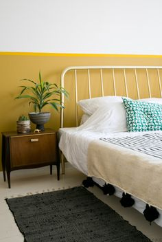 Blind for bedroom: find out how to choose the ideal model with photos - Home Fashion Trend Yellow Bedroom Paint, Bedroom Wall Colors, L Shaped Living Room Layout, Home Bedroom, Bedroom Decor, Mustard Bedroom, Half Painted Walls, Yellow Interior, New Room