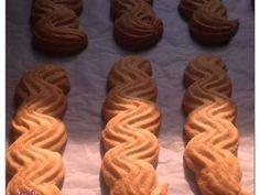 Εξαιρετική συνταγή για Μπισκότα βουτύρου σε 15 λεπτά. Μια συνταγή του Στέλιου Παρλιάρου. Λίγα μυστικά ακόμα Παραλλαγές1. Βουτώ την άκρη του μπισκότου αφού ψηθεί σε λιωμένη κουβερτούρα και αραδιάζω σε λαδόκολλα μέχρι να στεγνώσει η σοκολάτα.2. Φτιάχνω μπισκότα γεμιστά βάζοντας μαρμελάδα ανάμεσα σε δυο μπισκότα ώστε να κολλήσουν.3. Βουτώ την άκρη του μπισκότου σε λίγη ζεστή μαρμελάδα και στη συνέχεια σε καβουρδισμένο αμύγδαλο.Ευχαριστούμε την eliza04 για τις φωτογραφίες βήμα βήμα.