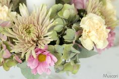 Wianek z fioletowych hortensji, goździków i chryzantem