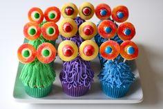 Monster Cupcakes for Halloween or Monster birthday party Monster Cupcakes, Monster Party, Alien Cupcakes, Cute Cupcakes, Halloween Cupcakes, Halloween Treats, Halloween Party, Halloween Baking, Owl Cupcakes