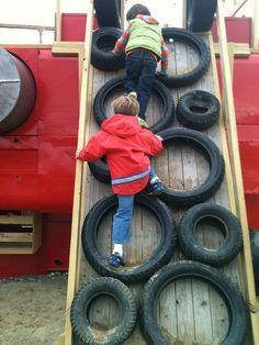 Återanvänd gamla däck och du kan skapa en härlig klättervägg för små barn.