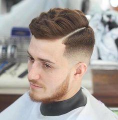 sfumature-capelli-uomo-taglio-graduato-tempie-ciuffo-banana-lato-righe-colore-rosse-scuro-barba-baffi