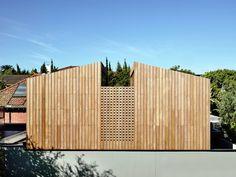En una muy pequeña parcela, esta amplia estructura aparece como un elemento de carpintería, la integración interna de concreto, pino y madera...