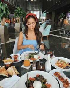 eat, feel the pleasure of food Restaurant Pictures, Restaurant Food, Photographie Portrait Inspiration, Instagram Pose, Insta Photo Ideas, Foto Pose, Jolie Photo, Headband Hairstyles, Photography Poses
