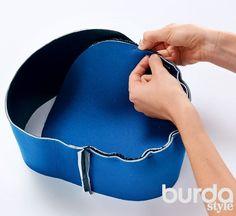 Patrón y DIY para hacer un magnifico y útil bolso mochila. Es como un dúo, dos en uno, lo puedes utilizar como bolso o si lo prefieres, convertirlo en un momento en mochila. El bolso se puede usar como una sola o con dos asas. Muy elegante y sobre todo muy practico. Materiales: ● Piel ● neopreno 0,55 …