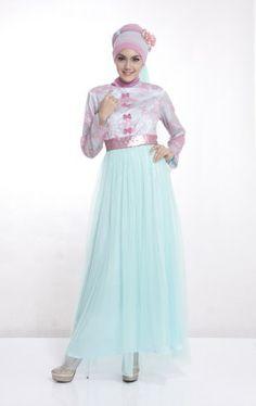 Gamis trendi dan menawan ini mengkombinasikan warna lembut biru laut dan pink yang membuat gamis muslimah ini nampak lembut dan anggun.