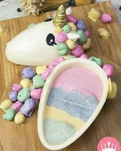 ¿Quieres hacer postres en casa embargo not any dispones environnant les horno i virtually no Chocolate Bomb, Easter Chocolate, Easter Candy, Easter Treats, Diy Unicorn Cake, Sweet Recipes, Cake Recipes, Making Easter Eggs, Unicorn Foods