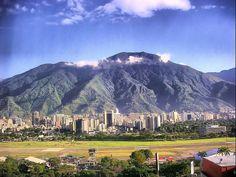 Caracas (Venezuela). Cerro el Ávila y pista del aeropuerto de la Carlota. | por josemazcona
