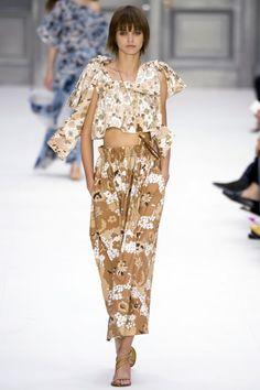 Chloe 2017 İlkbahar/Yaz  Chloe İlkbahar/Yaz 2017 defilesi Paris Moda Haftası kapsamında gerçekleşti. Gelecek sezona yön veren tasarımcılar, koleksiyonlar, podyum arkası detayları ve daha >>>> http://vogue.com.tr/defile/chloe-2017-ilkbaharyaz-34738#p=1