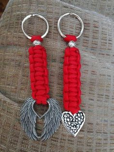Red paracord key chain with either heart or wings charm. Makes a great one of a kind gift. Paracord Keychain, Diy Keychain, Paracord Bracelets, Paracord Projects, Macrame Projects, Paracord Ideas, Parachute Cord Crafts, Micro Macrame, Bracelet Tutorial