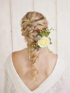 Las recogidos con trenzas y apliques florales, ideales como peinado para las novias más románticas
