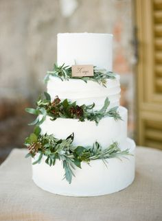Create the ideal rustic winter wedding by adding fresh, seasonal greenery to you. Create the ideal rustic winter wedding by adding fresh, seasonal greenery to your cake! Italian Wedding Cakes, Wedding Cake Rustic, Elegant Wedding, Wedding Greenery, Cake Wedding, Floral Wedding, Wedding Simple, Winter Wedding Cakes, Winter Wedding Fur