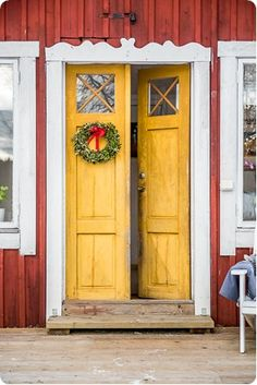 Vackra pardörrar bjuder in... Yellow Doors, Swedish Cottage, Vintage House, House Exterior, Beautiful Doors, Red House, Rustic Interiors, Vintage Interiors, Red Houses