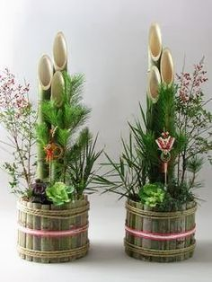 Japanese Dolls' House (Ryokan in Stile Giapponese): Chapter / Partial - The Windows and Shōji to the Right Porch, The Kadomatsu Tall Flower Arrangements, Contemporary Flower Arrangements, New Years Decorations, Flower Decorations, Outdoor Decorations, Bamboo Centerpieces, Flora Design, Bamboo Crafts, Japanese Flowers