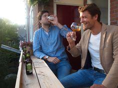 Daan en Arjen, bedenkers en gebruikers van de balkonbar.