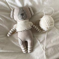 Luckyjuju Puppy Doll Sweater - Free Knitting Pattern and Video Tutorial — Luckyjuju Fabric Doll Pattern, Fabric Dolls, Sweater Knitting Patterns, Free Knitting, Doll Patterns Free, How To Purl Knit, Knit Purl, Fabric Animals, Cat Doll