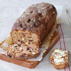 Dit noten-vijgen-cranberrie-speltbrood is robuust, zwaar en royaal gevuld met grote stukken vijg en veel noten.   Voor dit brood h...