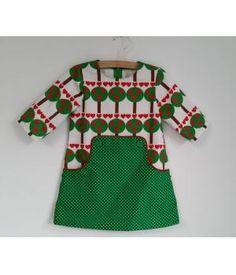 Een te leuk jurkje met kangeroezak, zak is afgebiesd met een rode paspel en sluit achter met een rits.Maat 92 (ca 2 jaar) Exclusief verzendkosten (patroon is van Compagnie M)