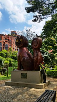 Let's visit a quirky park in Cali that is guarded by a group of cats. Group Of Cats, Cali Colombia, Garden Sculpture, Salsa, Embroidery, Country, Shirts, Beautiful, Ideas