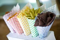 polka dot paper nut and popcorn party cones in red, yellow, green, blue, and purple Polka Dot Paper, Polka Dots, Biscuit Oreo, Rainbow Chevron, Rainbow Theme, Rainbow Birthday, Rainbow Loom, Rainbow Parties, Rainbow Snacks