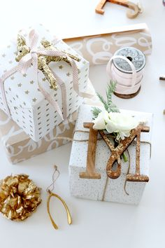 With the holiday season approaching, what better way to spend your free time than look for DIY gift wrapping ideas. Wrapping Ideas, Creative Gift Wrapping, Creative Gifts, Wrapping Gifts, Noel Christmas, Pink Christmas, Christmas Crafts, Rustic Christmas, Christmas Ornament