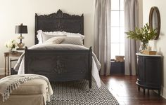 ideas farmhouse bedroom furniture headboards joanna gaines for 2019 - Farmhouse bedroom Magnolia Joanna Gaines, Chip Et Joanna Gaines, Joanne Gaines, Joanna Gaines Style, Farmhouse Bedroom Furniture, Farmhouse Style Bedrooms, Country Farmhouse Decor, Fixer Upper Living Room, Painted Beds