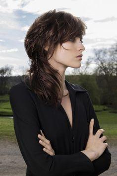 La Frange reste une tendance coiffure en 2017. Ici en version courte et effilée pour un côté légèrement asymétrique.