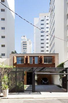 Essa residência em São Paulo é um projeto para um casal de meia idade e uma filha. Moradores do bairro queriam seguir vivendo ali, mas não mais em um apartamento. O terreno encontrado, numa pequena rua, abrigava uma...