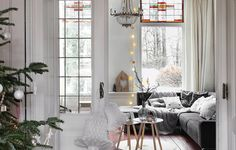 """""""Il tutto bianco di pareti e infissi, le grandi finestre vetrate che inondano di luce la stanza, le prime 'tracce' di festa. Piccoli dettagli che arredano."""""""