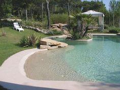 La piscine avec une plage immergée en béton armé monobloc. Couleur sable pour couleur bleu lagoon