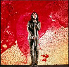 Jim Morrison no palco em Nova York, 1968, fotografado por Yale Joel. Veja mais em: http://semioticas1.blogspot.com.br/2013/12/jim-morrison-aos-70.html