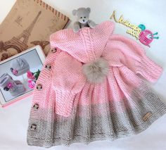 Chompas Baby Knitting Patterns, Baby Girl Patterns, Crochet Patterns, Knitted Baby Cardigan, Crochet Coat, Crochet Baby, Diy Crafts Dress, Baby Coat, Baby Sweaters