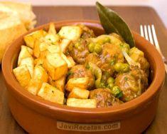 Albóndigas en salsa con patatas y guisantes