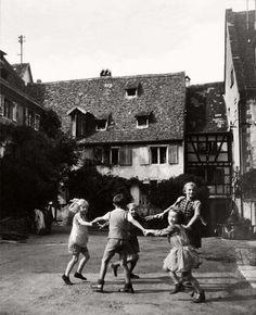 Jeau d, enfants a Riquewihr, Alsace 1945 Robert Doisneau Robert Doisneau Photos, Henri Cartier Bresson, Alsace, Photojournalism, Vintage Photographs, Belle Photo, Vintage Children, Black And White Photography, Street Photography