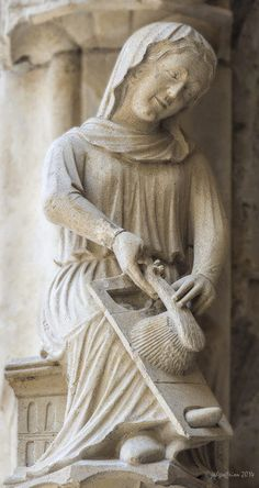 Six women, in various stages of working wool with their hands, are found on the outer North porch of the Chartres Cathedral in France. Did you notice that only one woman is looking directly … Medieval Life, Medieval Art, Statues, Effigy, Weaving Art, 14th Century, Sculpture, Ancient Art, Middle Ages