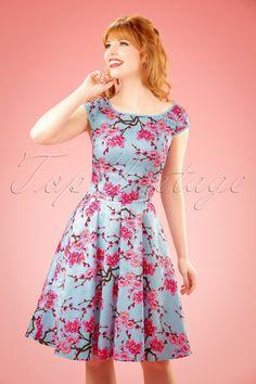 Je hart gaat sneller kloppen van deze 50s Alice Blossom Swing Dress! Heerlijk swing jurkje met een lieflijke roze bloesem print in Oosterse stijl, we love it! Uitgevoerd in een lichtblauwe katoenmix met een lichte stretch en een prachtige bloemenstructuur voor een perfecte pasvorm. Liefde op het eerste gezicht!  Ronde halslijn Kap mouwtjes Reeks ''faux'' knoopjes bij de halslijn Lichtblauwe biesjes Blinde rits en haaksluiting zijkant Combineer met een van onze korte pettico...