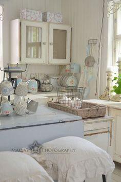 Shabby Chic Kitchen - via Elämää villa honkasalossa: Keskikesää kohti