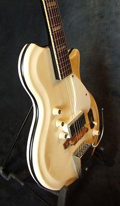 Une ancestrale #Supro couleur crème. Retrouvez des cours de #guitare d'un nouveau genre sur MyMusicTeacher.fr