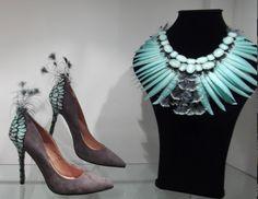 collar y zapatos de plumas  de Viviana Araujo