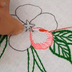 Hand Embroidery Flower Designs, Hand Embroidery Patterns Flowers, Hand Embroidery Videos, Embroidery Stitches Tutorial, Embroidery Flowers Pattern, Creative Embroidery, Embroidery Techniques, Ribbon Embroidery, Mexican Embroidery