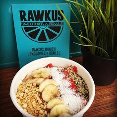 Unser Mittagessen heute: Acaibowl vom neuen Foodruck @rawkus_munich. Er steht jetztimmer freitags am Rosenheimer Platzund hat Tagesgerichte Smoothies und Fruit Bowls. #munich #münchen #muenchen #food #acai #acaibowl #vegan #healthy #gesund #fruit #früchte #rawkusmunich