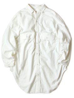 WEB SHOP - KAPITAL モールスキン CPOスラッピーシャツコート ¥24,624 モールスキンとは、モグラの毛皮のような鈍い光沢をまねてつくった生地で、太番手の綿糸を生地両面に起毛させたもの。綿素材らしくさっぱりとしていて、小動物の様にほっこりしている起毛が心地よく、ずっと触れていたい気持ちにさせられます。生地そものものやわらかくしなやか。空気を含みこんだ起毛がふんわりと軽量で保温性もある、これからの季節にピッタリのオーバーサイズシャツです。 サイズ着丈肩幅バスト裾袖丈袖口首ぐり size1101.5cm77.5cm166cm164cm49.5cm14cm45.5cm size399cm88cm180cm181cm56.5cm15cm48cm